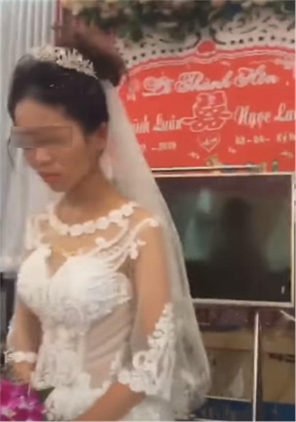 Thái độ 'bánh bao hấp nướccủa cô dâu trong lễ cưới gây tranh cãi: Trả hàng về nơi sản xuất gấp!-4