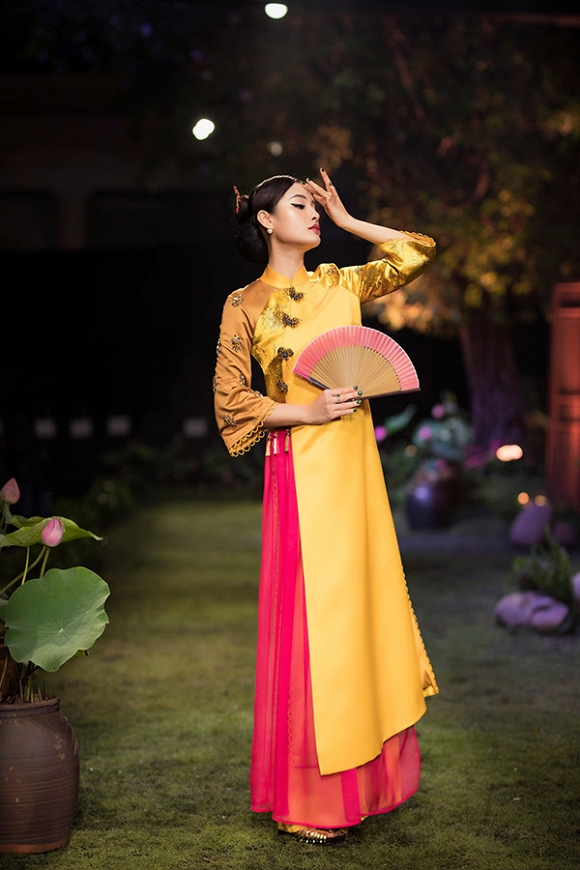 Hết gợi cảm, Phương Trinh Jolie thả dáng cùng áo dài hoa dịu dàng-1