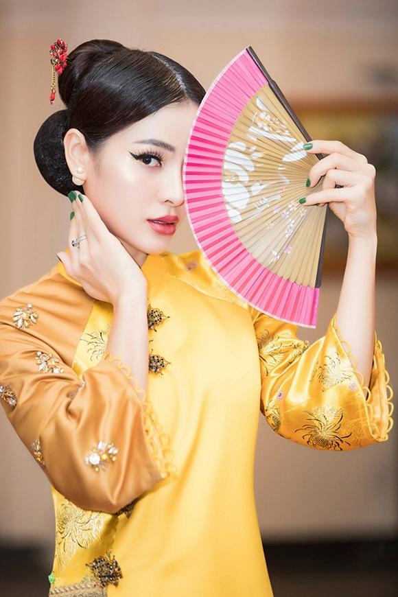 Hết gợi cảm, Phương Trinh Jolie thả dáng cùng áo dài hoa dịu dàng-8