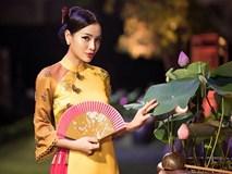 Hết gợi cảm, Phương Trinh Jolie thả dáng cùng áo dài hoa dịu dàng