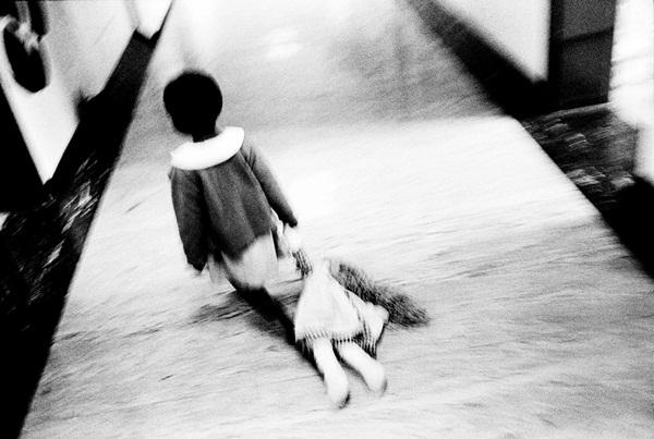 Loạt hình ám ảnh về những đứa trẻ từng bị lạm dụng tình dục-1