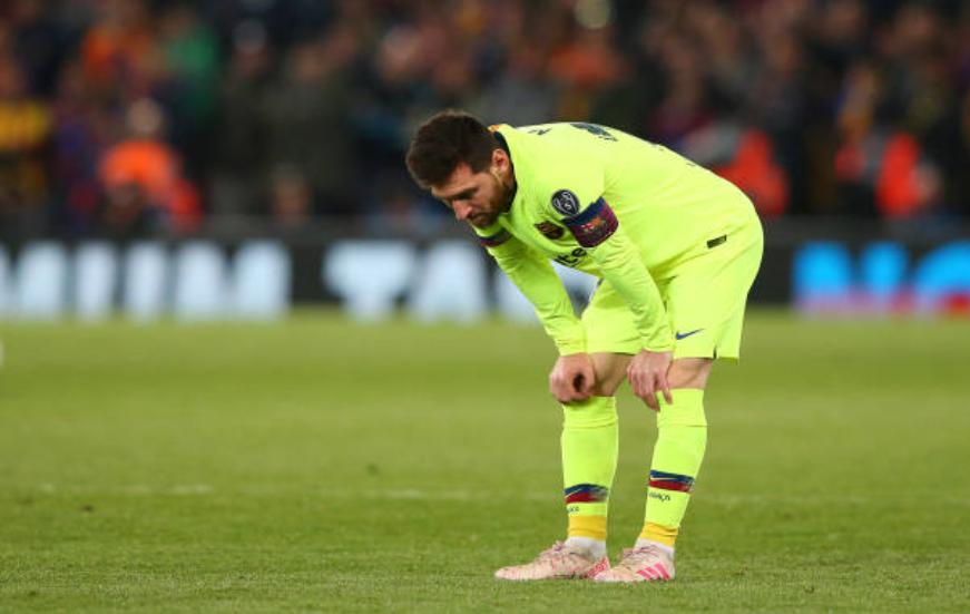 Nhói lòng khoảnh khắc Messi cúi đầu trước niềm vui sướng của hàng vạn fan Liverpool-4