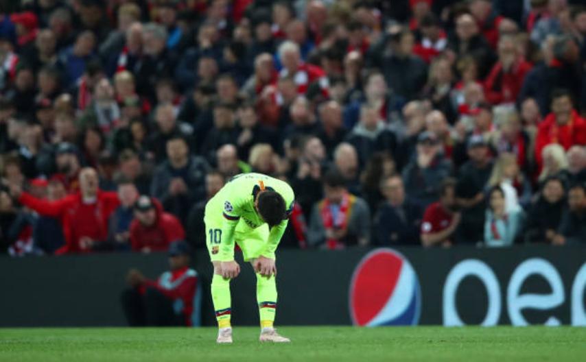 Nhói lòng khoảnh khắc Messi cúi đầu trước niềm vui sướng của hàng vạn fan Liverpool-3