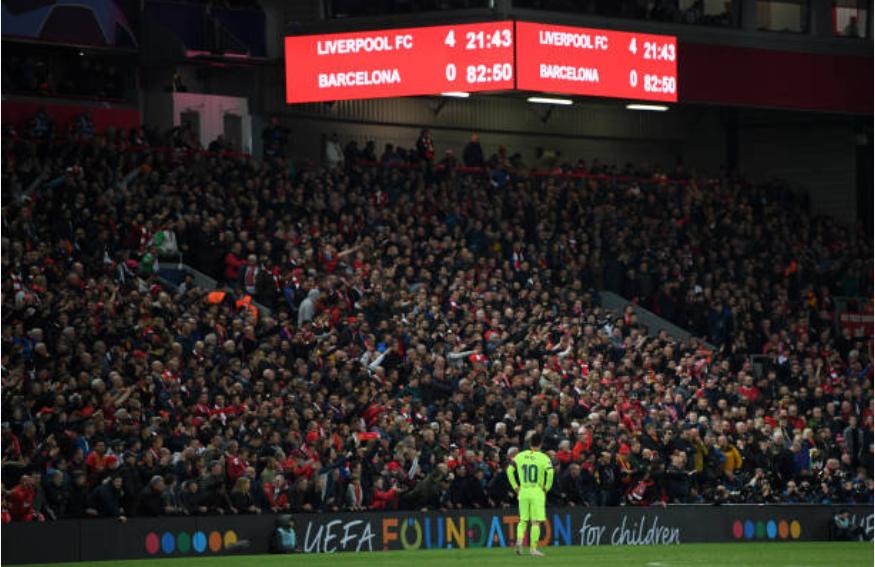 Nhói lòng khoảnh khắc Messi cúi đầu trước niềm vui sướng của hàng vạn fan Liverpool-1