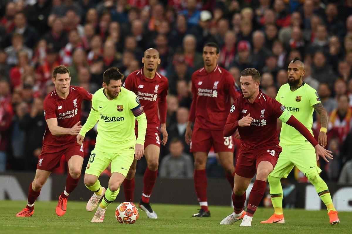 Nhói lòng khoảnh khắc Messi cúi đầu trước niềm vui sướng của hàng vạn fan Liverpool-8