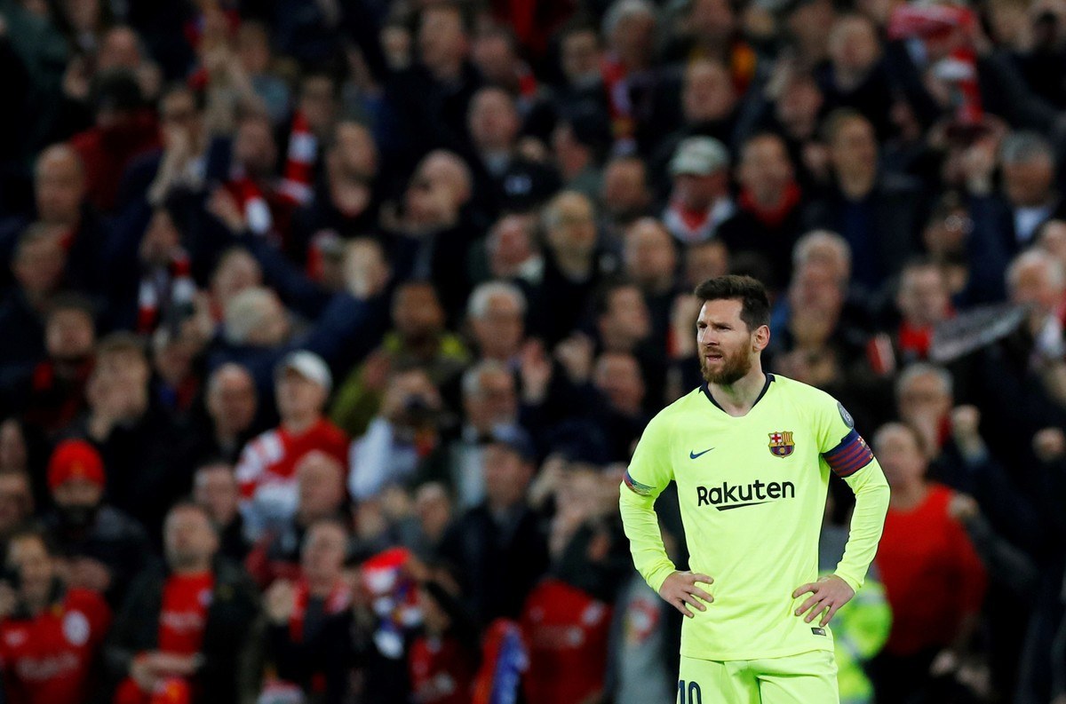 Nhói lòng khoảnh khắc Messi cúi đầu trước niềm vui sướng của hàng vạn fan Liverpool-2