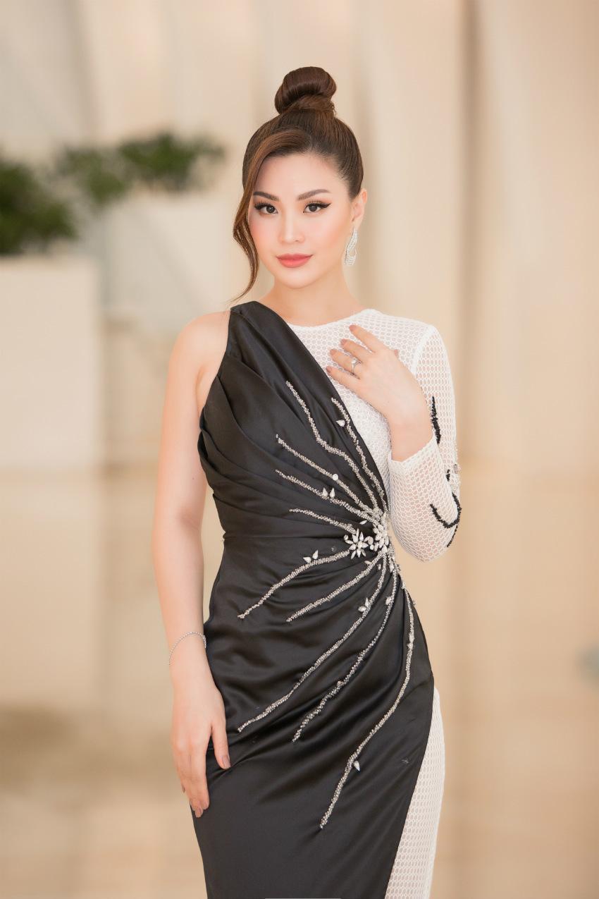 Tiểu Vy ngồi ghế giám khảo chấm Hoa hậu doanh nhân khi mới 19 tuổi-3