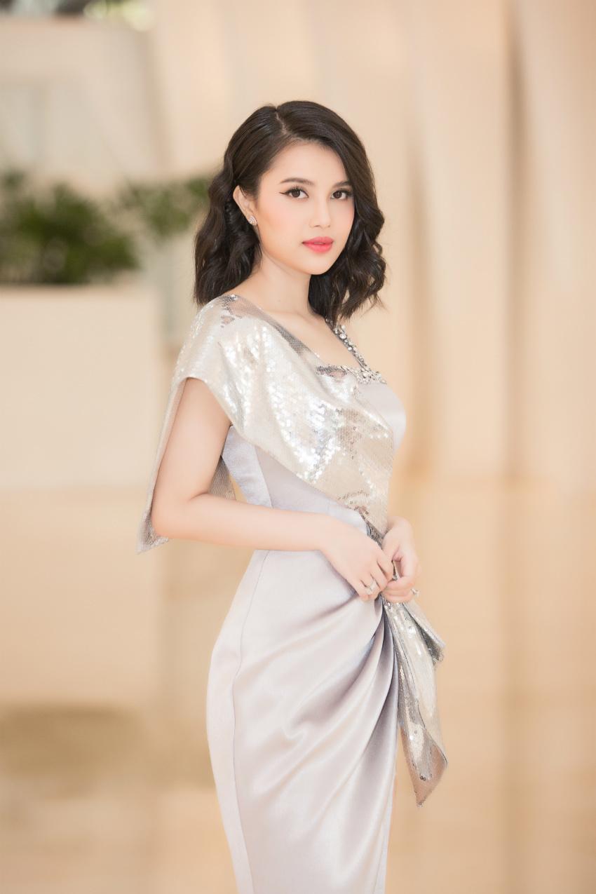 Tiểu Vy ngồi ghế giám khảo chấm Hoa hậu doanh nhân khi mới 19 tuổi-4