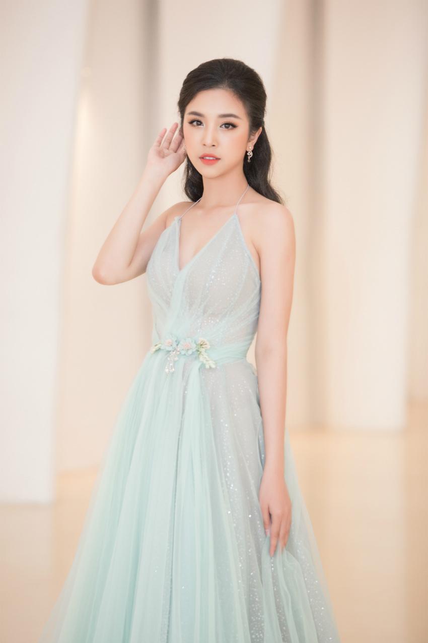 Tiểu Vy ngồi ghế giám khảo chấm Hoa hậu doanh nhân khi mới 19 tuổi-5