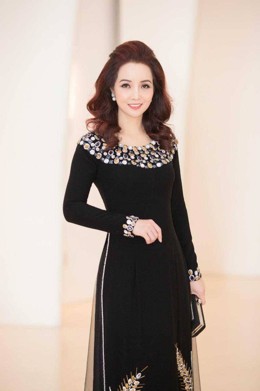 Tiểu Vy ngồi ghế giám khảo chấm Hoa hậu doanh nhân khi mới 19 tuổi-6