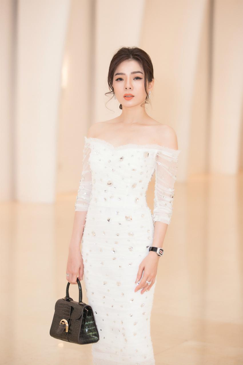 Tiểu Vy ngồi ghế giám khảo chấm Hoa hậu doanh nhân khi mới 19 tuổi-8