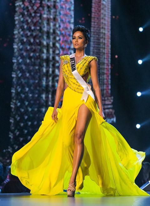 Là người kế nhiệm tại Miss Universe, Hoàng Thùy kế thừa luôn kiểu tóc tém thương hiệu của HHen Niê?-4