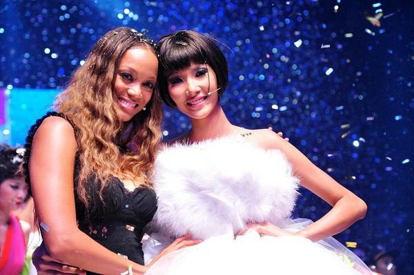Là người kế nhiệm tại Miss Universe, Hoàng Thùy kế thừa luôn kiểu tóc tém thương hiệu của HHen Niê?-8