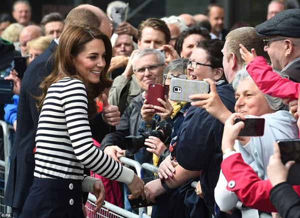 Phản ứng đầy bất ngờ của vợ chồng Công nương Kate khi được hỏi về em bé Sussex, sau một loạt nghi vấn mâu thuẫn, xích mích với em dâu Meghan-3
