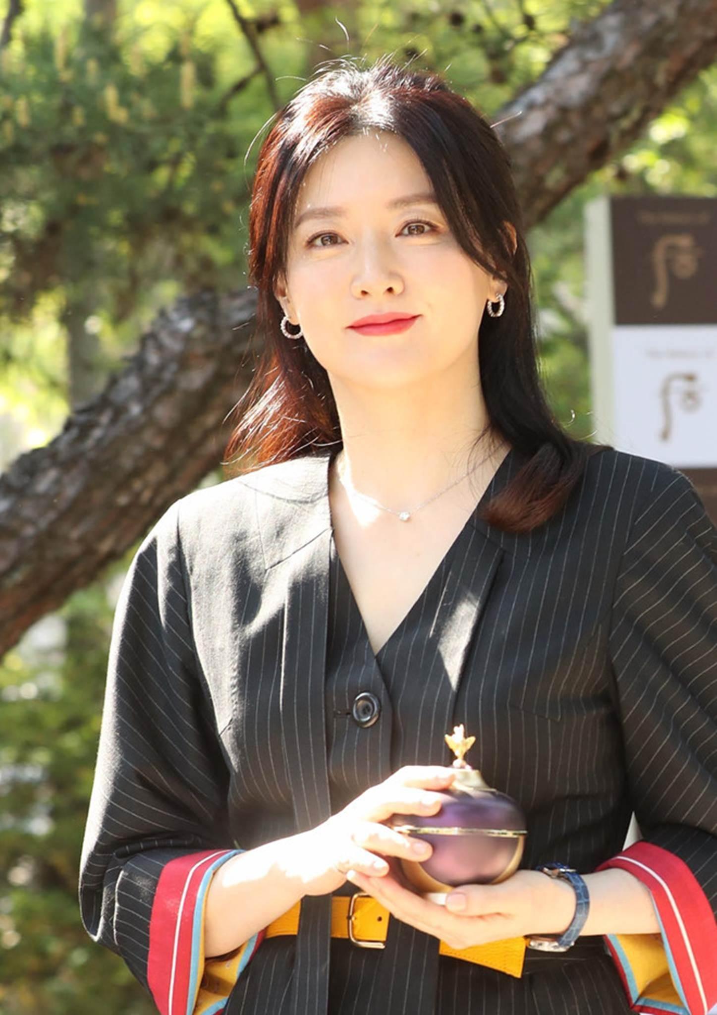 Lee Young Ae gần 50 tuổi vẫn đẹp trẻ trung không kém 16 năm trước-5