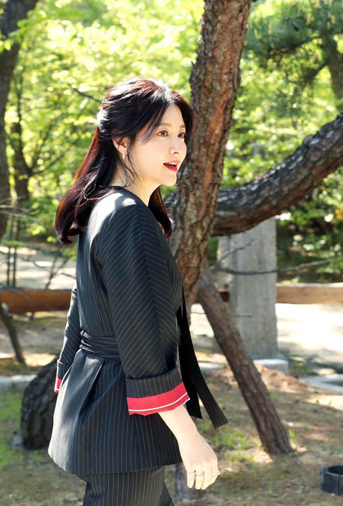 Lee Young Ae gần 50 tuổi vẫn đẹp trẻ trung không kém 16 năm trước-6