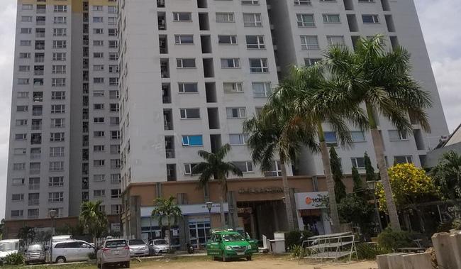 Vừa tiễn bố đi làm, bé trai 3 tuổi rơi từ tầng cao chung cư xuống đất tử vong-2