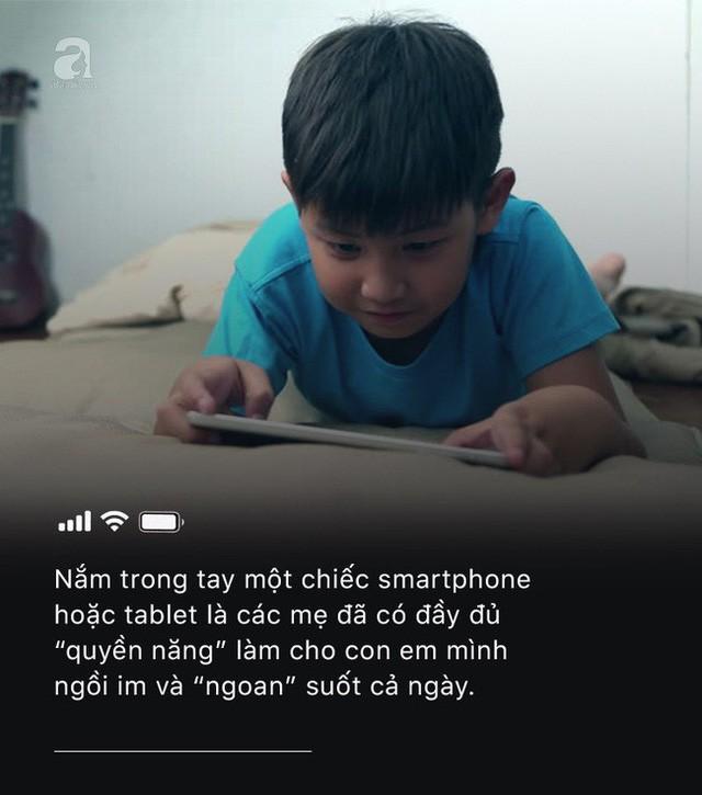 Con quấy khóc, bố mẹ cho chơi ngay smartphone: Đừng vì vài phút nhàn rỗi mà hủy hoại một đứa trẻ còn chưa kịp lớn!-1