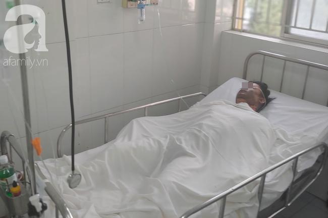 Người chồng bị vợ dùng xăng đốt giữa bãi đất trống ở TP.HCM đã tử vong, mẹ già khóc ngất bên thi thể con-1