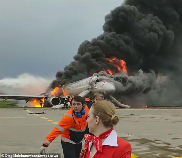 Video cơ phó liều mình cứu cơ trưởng trên máy bay Nga bốc cháy-1
