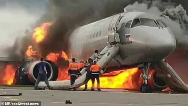 Video cơ phó liều mình cứu cơ trưởng trên máy bay Nga bốc cháy-2