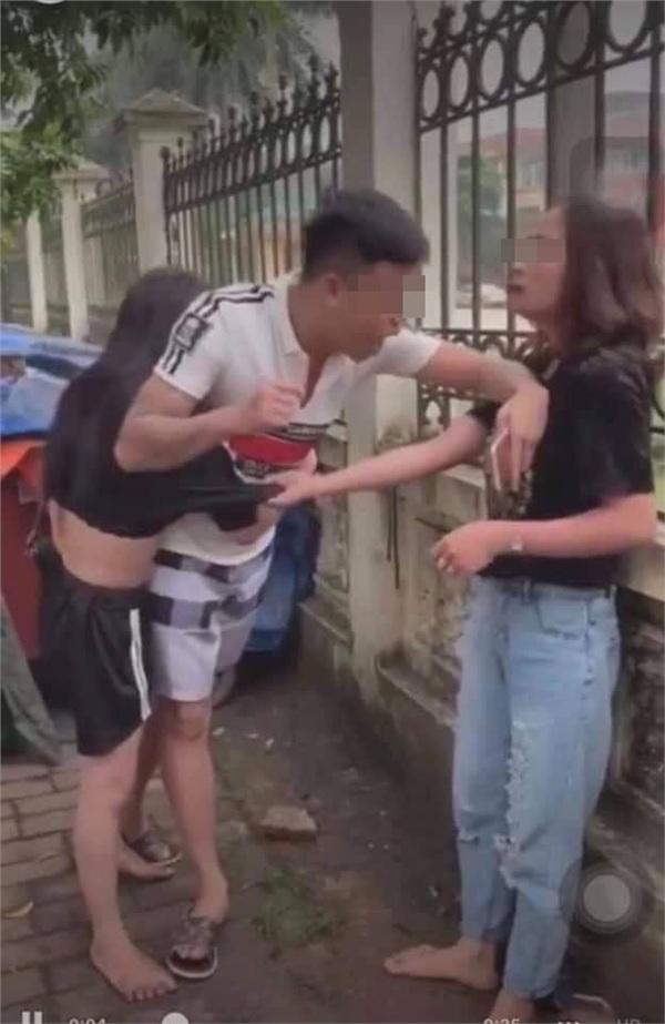 Bức ảnh gây đau lòng nhất: Bên vợ bên bồ, đến cuối cùng dù không nói nhưng anh cũng đã chọn rồi!-1