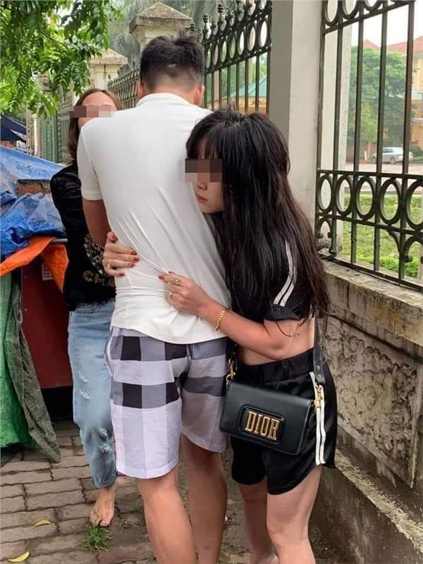 Bức ảnh gây đau lòng nhất: Bên vợ bên bồ, đến cuối cùng dù không nói nhưng anh cũng đã chọn rồi!-2