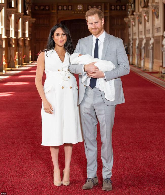 Vợ chồng Meghan chính thức xuất hiện, giới thiệu em bé Sussex cho người hâm mộ trên toàn thế giới-1