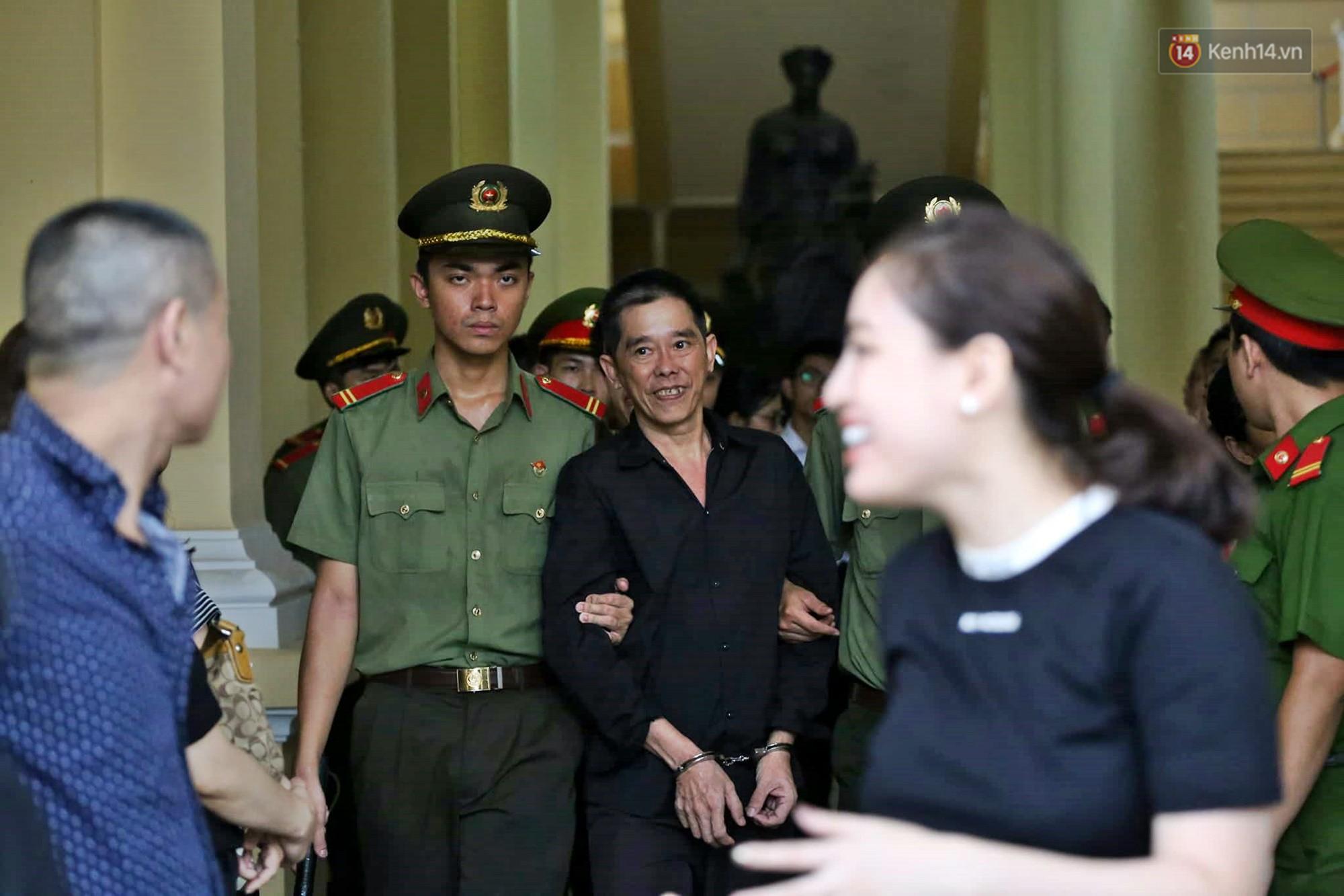 Trùm ma túy Văn Kính Dương giơ tay chào người thân, hot girl Ngọc Miu khóc khi bị áp giải ra xe sau phiên xét xử ngày thứ 2-4