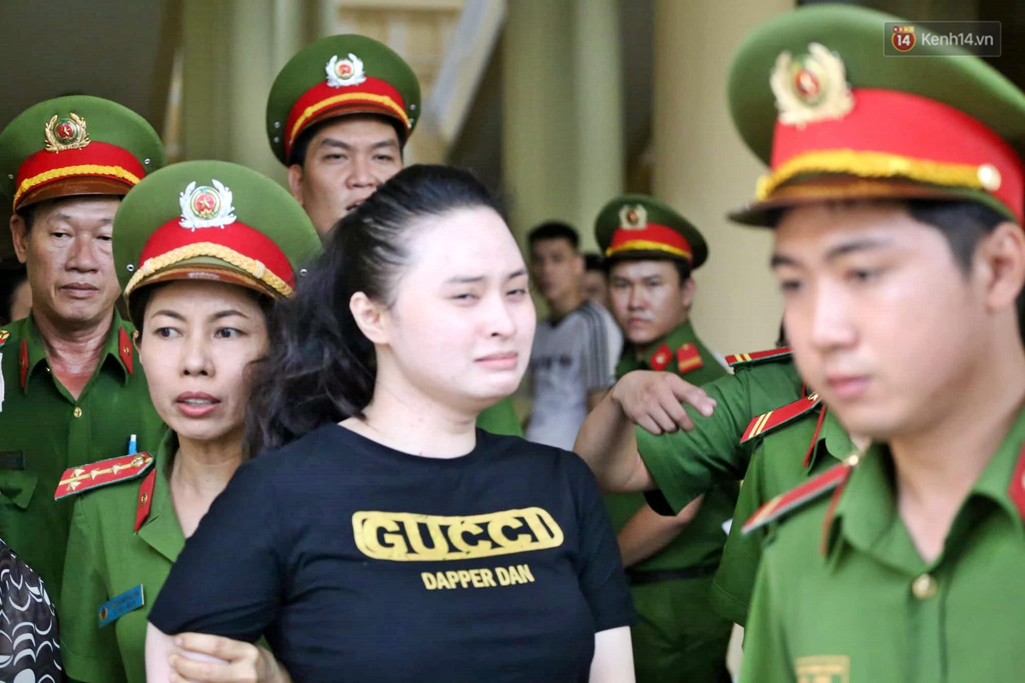 Trùm ma túy Văn Kính Dương giơ tay chào người thân, hot girl Ngọc Miu khóc khi bị áp giải ra xe sau phiên xét xử ngày thứ 2-2