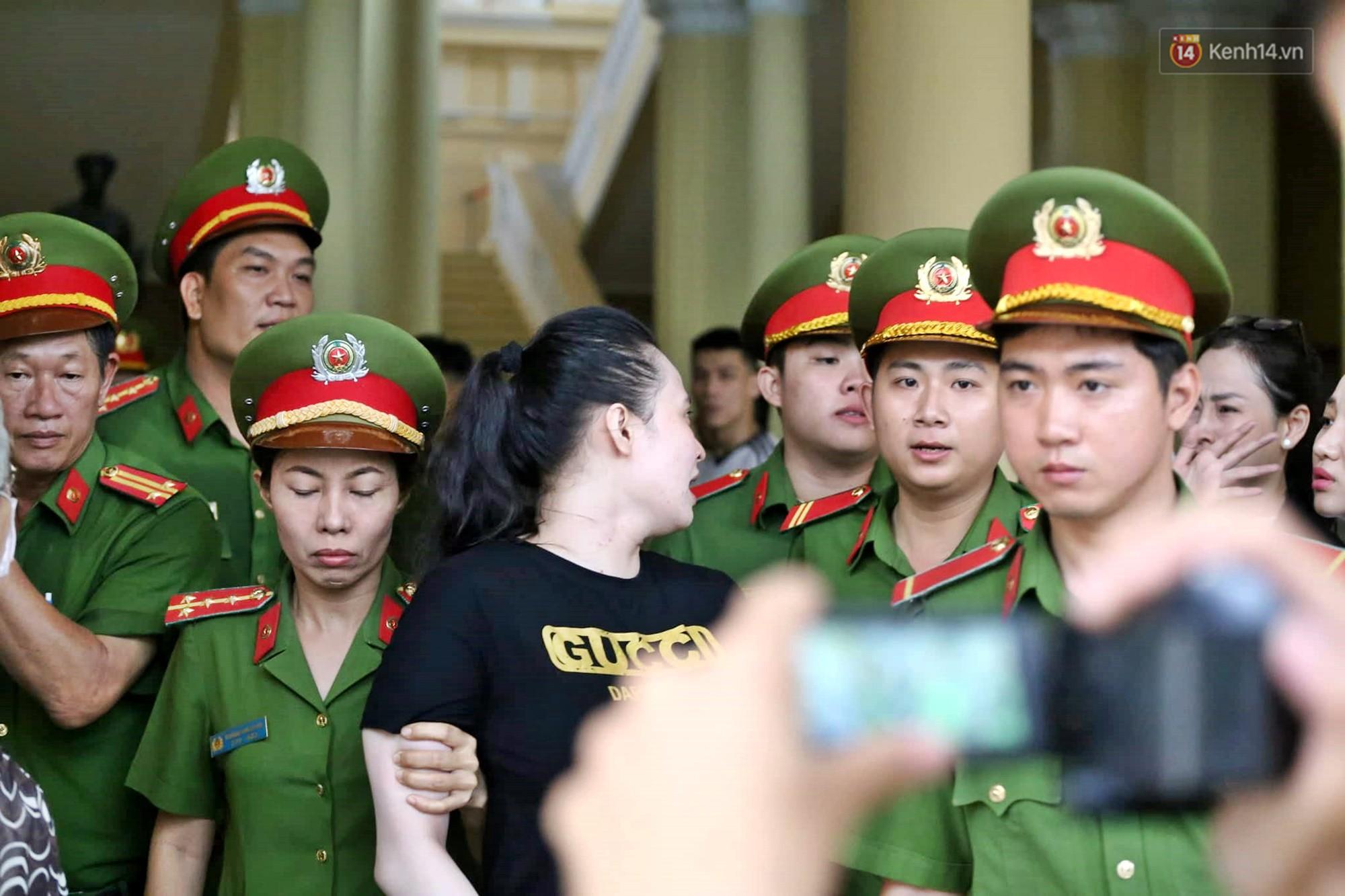 Trùm ma túy Văn Kính Dương giơ tay chào người thân, hot girl Ngọc Miu khóc khi bị áp giải ra xe sau phiên xét xử ngày thứ 2-3