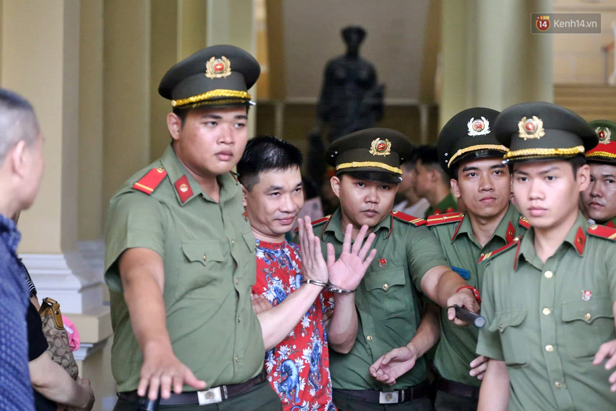 Trùm ma túy Văn Kính Dương giơ tay chào người thân, hot girl Ngọc Miu khóc khi bị áp giải ra xe sau phiên xét xử ngày thứ 2-1
