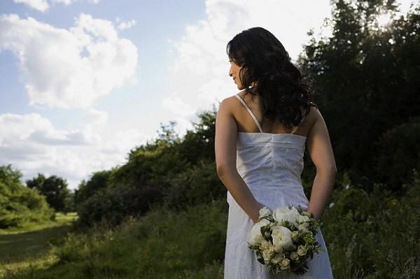 Đêm tân hôn, tôi háo hức diện váy ngủ quyến rũ chờ chồng, ngờ đâu lúc anh mở cửa bước vào lại bế trên tay một người khác-1