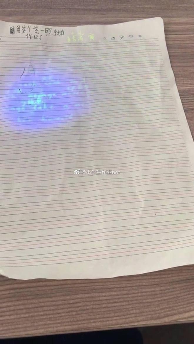 Cạn lời với cậu học sinh dùng bút tàng hình làm bài kiểm tra, bảo thầy tự soi đi mà chấm điểm-4