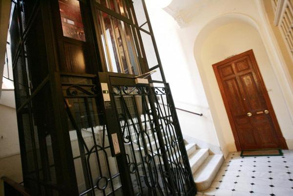 Gã ấu dâm sàm sỡ bé gái trong thang máy ở Pháp bị tống giam 6 năm tù-1