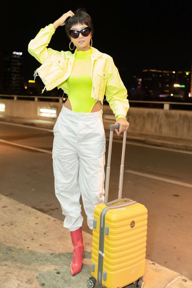 HHen Niê diện bodysuit xanh nõn chuối nổi bật tại sân bay-2