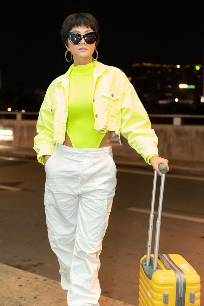 HHen Niê diện bodysuit xanh nõn chuối nổi bật tại sân bay-3