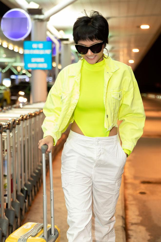 HHen Niê diện bodysuit xanh nõn chuối nổi bật tại sân bay-4