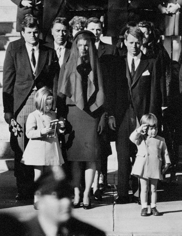Đã hơn 50 năm, bức ảnh con trai Tổng thống Mỹ giơ tay chào quan tài bố ngay trong ngày sinh nhật vẫn luôn khiến người ta xót xa-2
