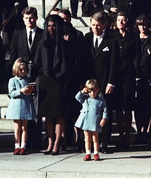 Đã hơn 50 năm, bức ảnh con trai Tổng thống Mỹ giơ tay chào quan tài bố ngay trong ngày sinh nhật vẫn luôn khiến người ta xót xa-3