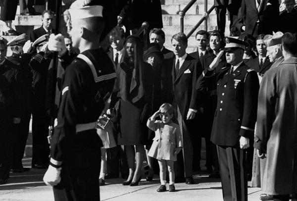 Đã hơn 50 năm, bức ảnh con trai Tổng thống Mỹ giơ tay chào quan tài bố ngay trong ngày sinh nhật vẫn luôn khiến người ta xót xa-4