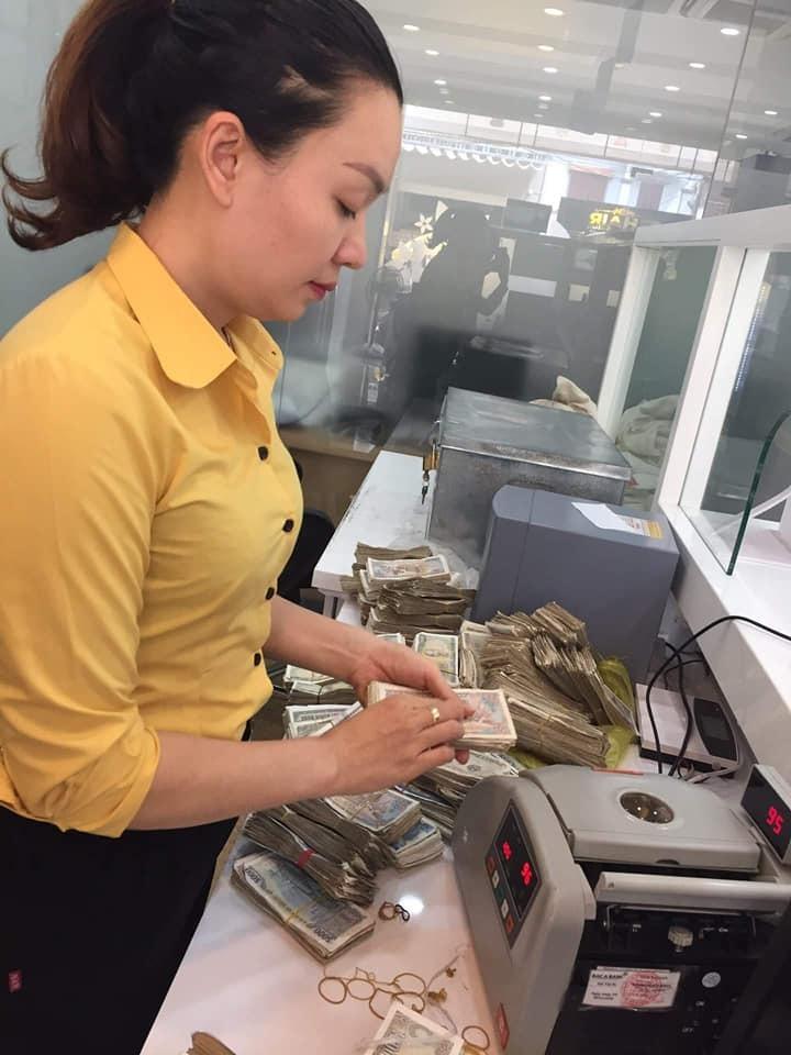 Vợ chồng già 78 tuổi chở bao tải tiền gửi tiết kiệm: Hy hữu ở Quảng Bình-2