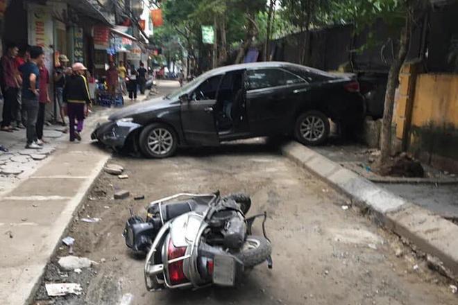 Nữ tài xế lùi ô tô Camry tông trúng chiếc xe máy, một phụ nữ tử vong thương tâm-2