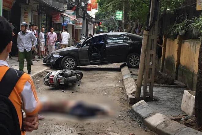 Nữ tài xế lùi ô tô Camry tông trúng chiếc xe máy, một phụ nữ tử vong thương tâm-3
