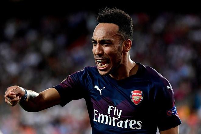 Cầu thủ Arsenal đá bóng trúng đầu nữ phóng viên-2