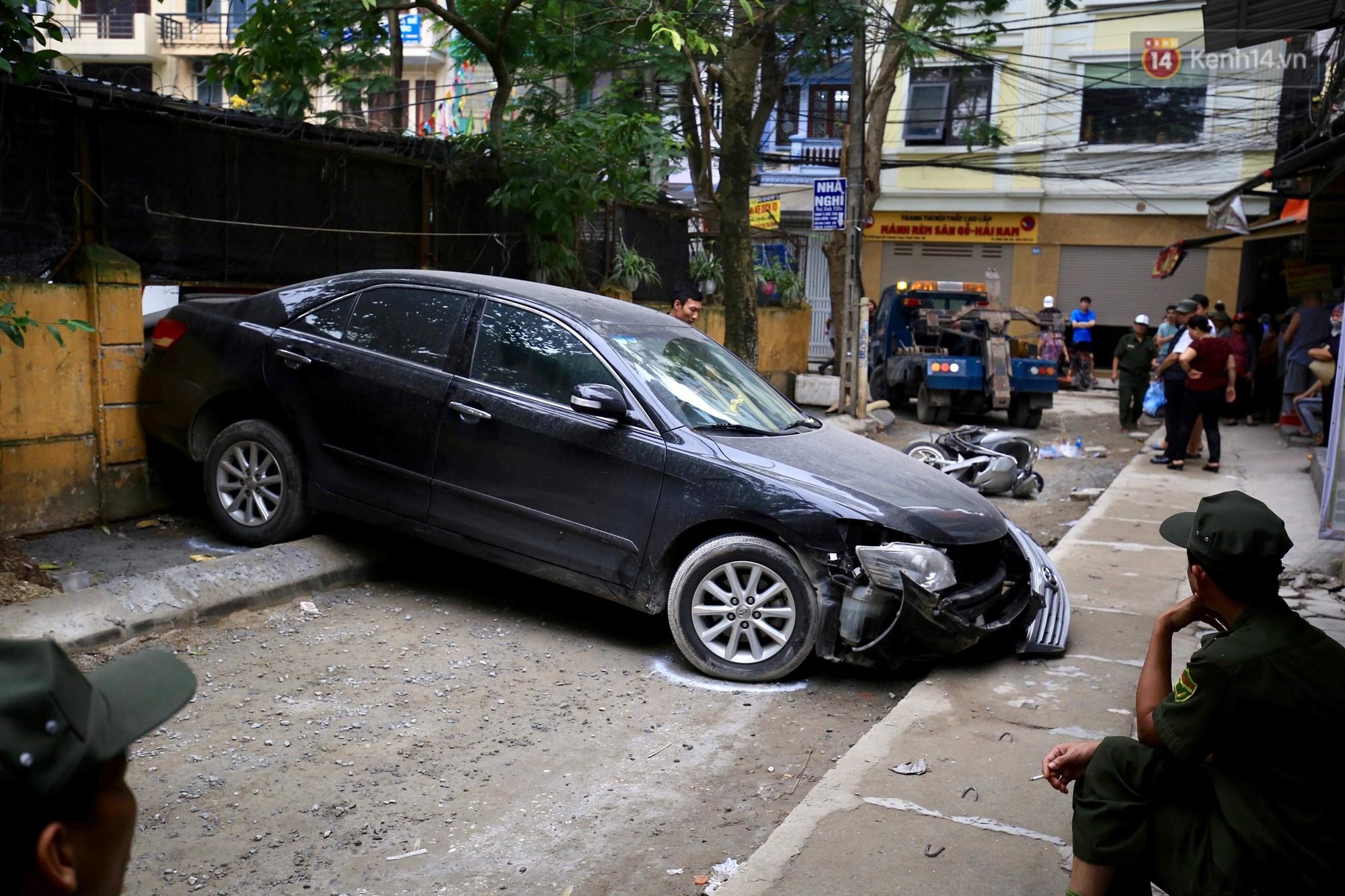 Nhân chứng thoát chết vụ ô tô Camry đi lùi tông tử vong 1 phụ nữ: Sau tai nạn, nữ tài xế mở cửa bỏ chạy-1