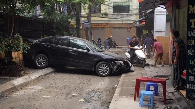 CLIP: Nữ tài xế lùi xe Camry tông chết người đi xe máy ở Hà Nội-2