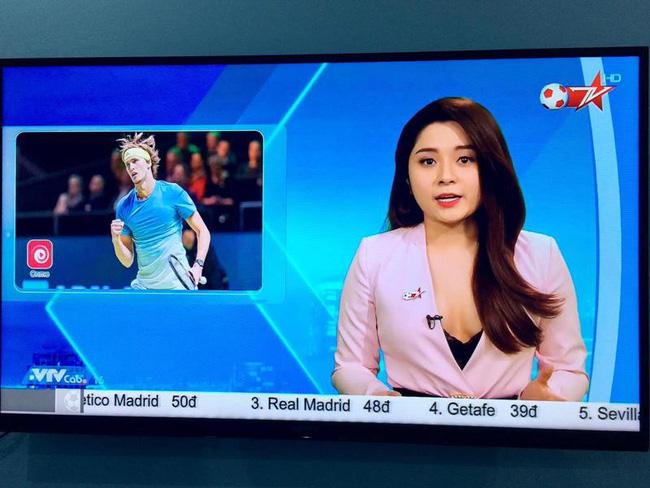 Sau sự cố lộ nội y trên sóng truyền hình, BTV Diệu Linh khéo léo dùng sticker che ngực khi chụp chung với Chí Nhân-1
