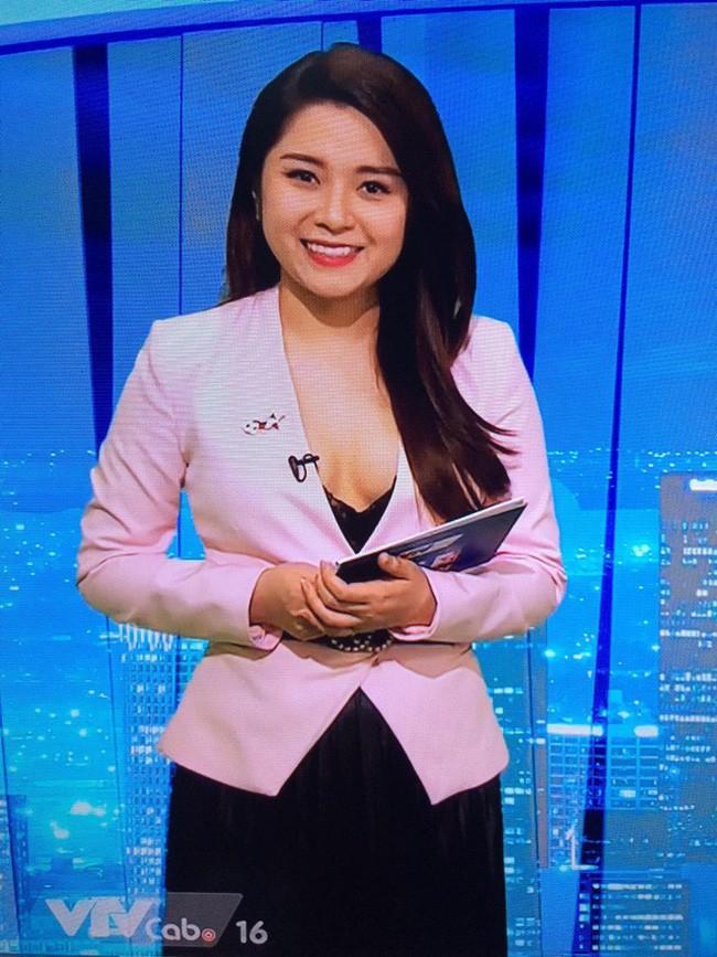 Sau sự cố lộ nội y trên sóng truyền hình, BTV Diệu Linh khéo léo dùng sticker che ngực khi chụp chung với Chí Nhân-2