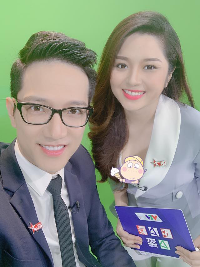 Sau sự cố lộ nội y trên sóng truyền hình, BTV Diệu Linh khéo léo dùng sticker che ngực khi chụp chung với Chí Nhân-3